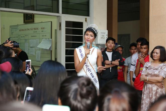 Hàng trăm sinh viên ùa tới khi hoa hậu HHen Niê về thăm trường cũ - Ảnh 9.