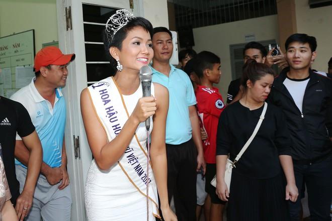 Hàng trăm sinh viên ùa tới khi hoa hậu HHen Niê về thăm trường cũ - Ảnh 8.