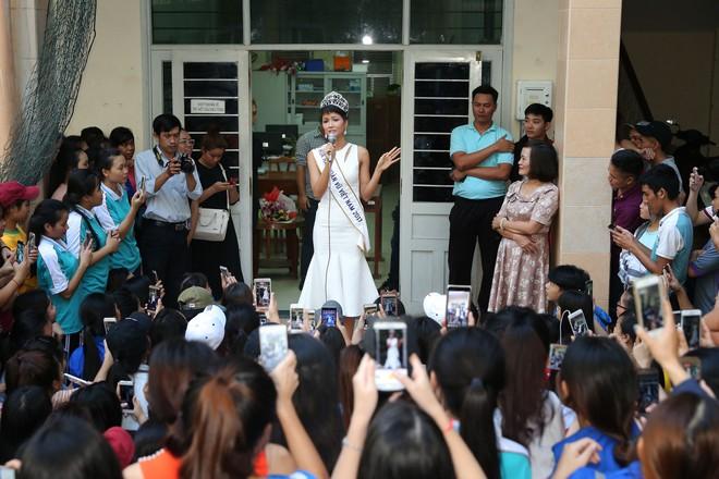 Hàng trăm sinh viên ùa tới khi hoa hậu HHen Niê về thăm trường cũ - Ảnh 7.