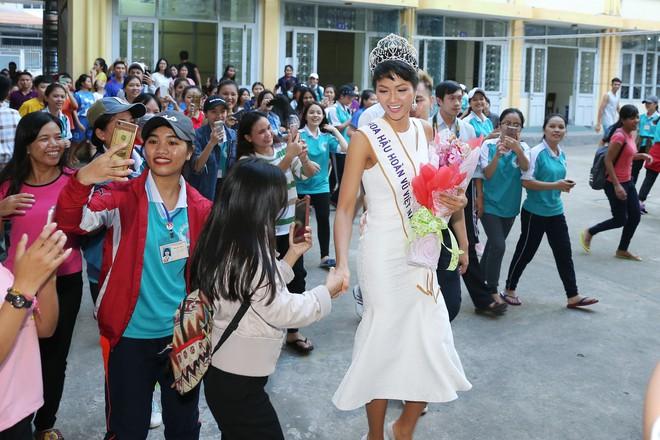 Hàng trăm sinh viên ùa tới khi hoa hậu HHen Niê về thăm trường cũ - Ảnh 6.