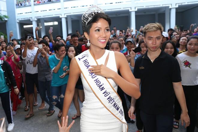 Hàng trăm sinh viên ùa tới khi hoa hậu HHen Niê về thăm trường cũ - Ảnh 3.