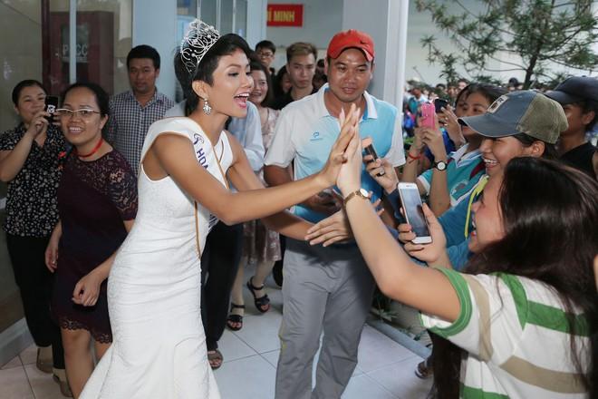 Hàng trăm sinh viên ùa tới khi hoa hậu HHen Niê về thăm trường cũ - Ảnh 5.