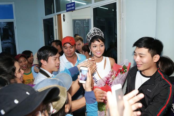 Hàng trăm sinh viên ùa tới khi hoa hậu HHen Niê về thăm trường cũ - Ảnh 4.