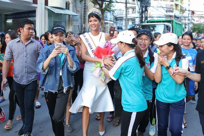 Hàng trăm sinh viên ùa tới khi hoa hậu HHen Niê về thăm trường cũ - Ảnh 2.