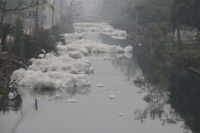 Cận cảnh dòng sông tuyết, bọt tung cao cả mét ở Hà Nam - Ảnh 10.