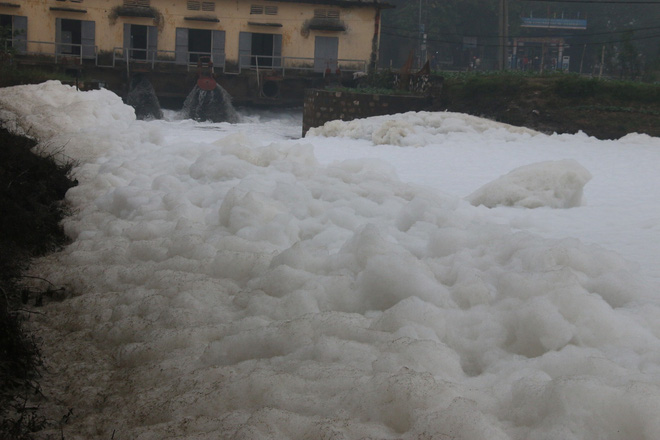 Cận cảnh dòng sông tuyết, bọt tung cao cả mét ở Hà Nam - Ảnh 3.