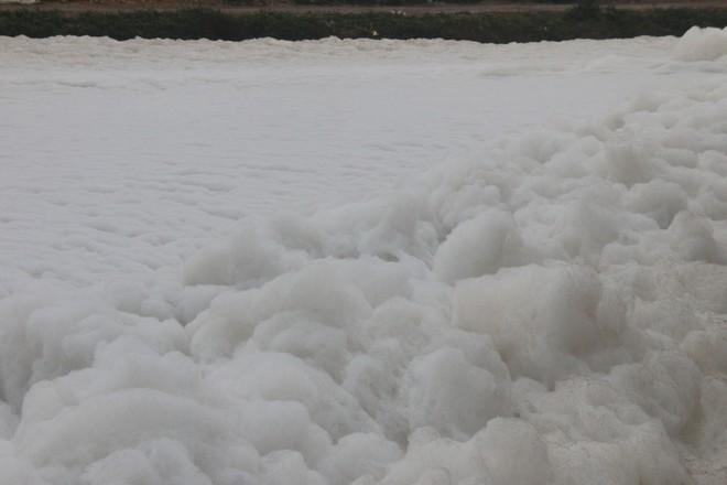 Cận cảnh dòng sông tuyết, bọt tung cao cả mét ở Hà Nam - Ảnh 1.