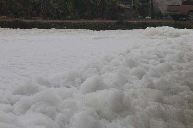Cận cảnh dòng sông tuyết, bọt tung cao cả mét ở Hà Nam - Ảnh 2.