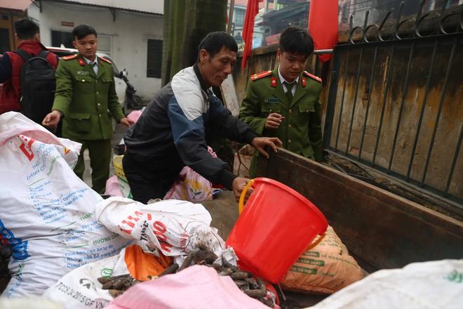Vụ nổ ở Bắc Ninh: Đạn phủ kín đường làng, đã thu gom được 500kg đầu đạn - Ảnh 2.