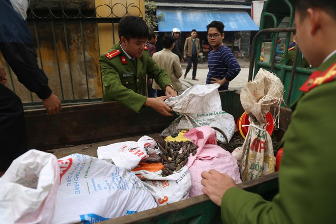 Vụ nổ ở Bắc Ninh: Đạn phủ kín đường làng, đã thu gom được 500kg đầu đạn - Ảnh 1.