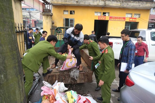 Vụ nổ ở Bắc Ninh: Đạn phủ kín đường làng, đã thu gom được 500kg đầu đạn - Ảnh 4.