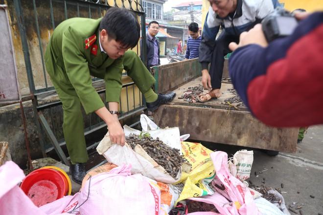 Vụ nổ ở Bắc Ninh: Đạn phủ kín đường làng, đã thu gom được 500kg đầu đạn - Ảnh 7.