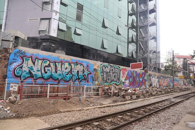 Phố phường Hà Nội bị bôi bẩn bởi vẽ graffiti như thế nào? - Ảnh 1.