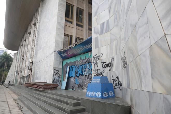 Phố phường Hà Nội bị bôi bẩn bởi vẽ graffiti như thế nào? - Ảnh 2.