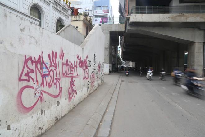 Phố phường Hà Nội bị bôi bẩn bởi vẽ graffiti như thế nào? - Ảnh 5.