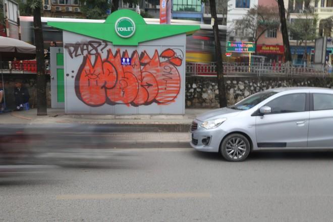 Phố phường Hà Nội bị bôi bẩn bởi vẽ graffiti như thế nào? - Ảnh 4.