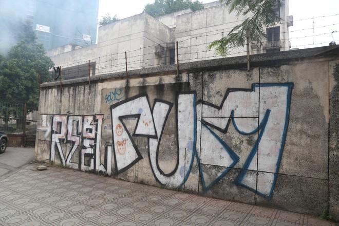 Phố phường Hà Nội bị bôi bẩn bởi vẽ graffiti như thế nào? - Ảnh 6.