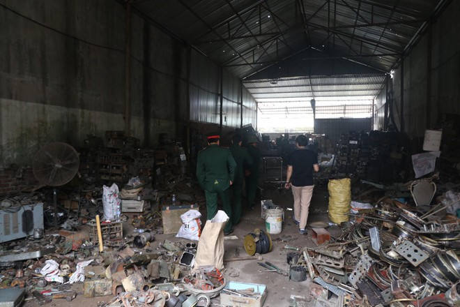 Vụ nổ ở Bắc Ninh: Đầu đạn còn nguyên thuốc nổ, dân vẫn chen chân vào hiện trường để xem - Ảnh 6.