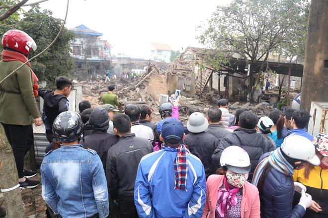 Vụ nổ ở Bắc Ninh: Đầu đạn còn nguyên thuốc nổ, dân vẫn chen chân vào hiện trường để xem - Ảnh 1.