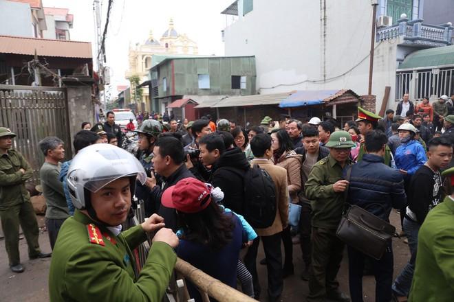 Vụ nổ ở Bắc Ninh: Đầu đạn còn nguyên thuốc nổ, dân vẫn chen chân vào hiện trường để xem - Ảnh 5.