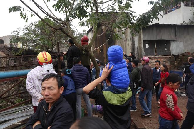 Vụ nổ ở Bắc Ninh: Đầu đạn còn nguyên thuốc nổ, dân vẫn chen chân vào hiện trường để xem - Ảnh 2.