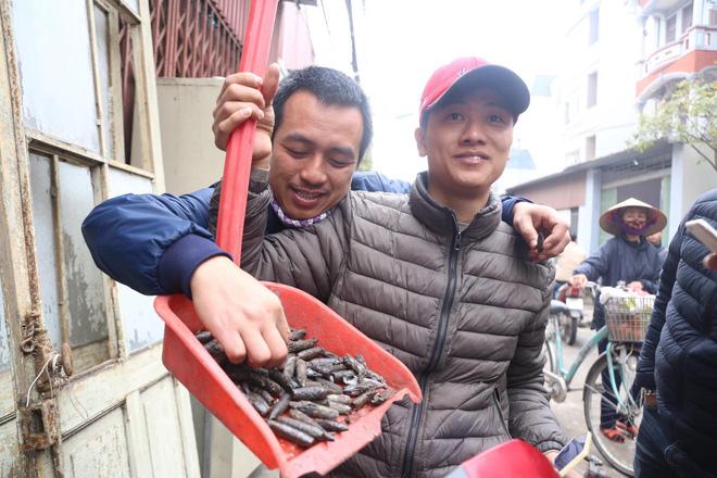 Vụ nổ ở Bắc Ninh: Đầu đạn còn nguyên thuốc nổ, dân vẫn chen chân vào hiện trường để xem - Ảnh 4.