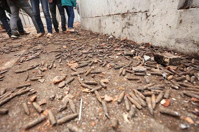 Vụ nổ ở Bắc Ninh: Đạn phủ kín đường làng, đã thu gom được 500kg đầu đạn - Ảnh 13.