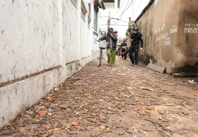 Vụ nổ ở Bắc Ninh: Đạn phủ kín đường làng, đã thu gom được 500kg đầu đạn - Ảnh 18.