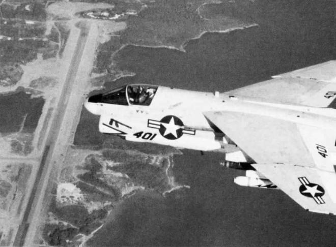Máy bay VA-87 A-7E cất cánh từ tàu USS Independence, bay qua sân bay Salines. Ảnh: U.S. Navy