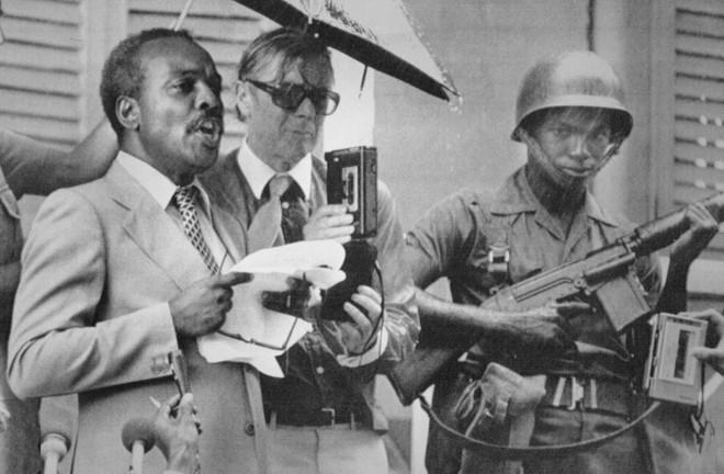 Ảnh chụp ông Paul Scoon (bên trái) năm 1983. Nguồn: AP
