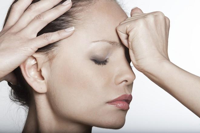 Chuyên gia đầu ngành chỉ rõ những dấu hiệu đau đầu rất nguy hiểm cần đi khám ngay - Ảnh 2.