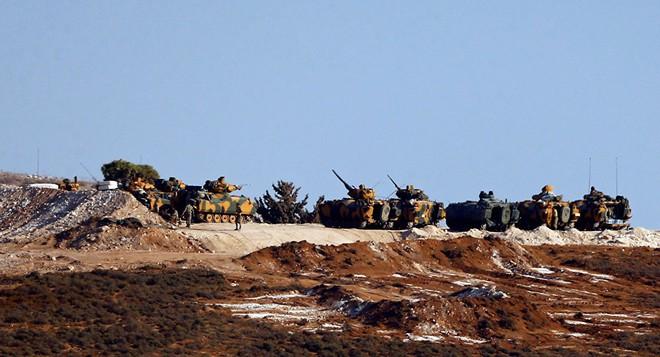 Phương tiện quân sự Thổ Nhĩ Kỳ được nhìn thấy ở biên giới với Syria, tháng 10/2017 (Ảnh: REUTERS/Osman Orsal)