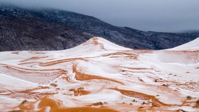 Tuyết rơi phủ trên những đụn cát ở sa mạc lớn nhất thế giới