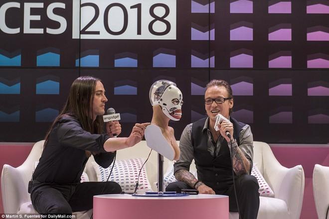 Robot tình dục Harmony tháo dỡ khuôn mặt tuyệt đẹp ngay tại CES 2018: Quá bất ngờ! - Ảnh 4.