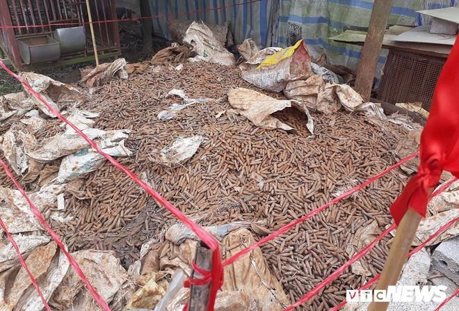 Cận cảnh gần 6 tấn đầu đạn trong vườn nhà dân ở Hưng Yên - Ảnh 3.