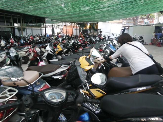 Loạn giá giữ xe ở trung tâm Sài Gòn sau khi dẹp bãi giữ xe vỉa hè - Ảnh 2.