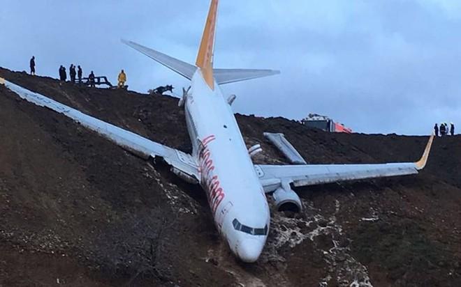 Máy bay Thổ Nhĩ Kỳ gặp nạn, nằm cheo leo trên vách đá - Ảnh 1.