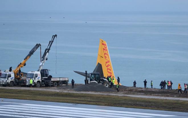 Máy bay Thổ Nhĩ Kỳ gặp nạn, nằm cheo leo trên vách đá - Ảnh 2.
