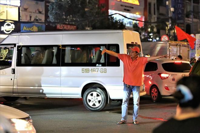 TPHCM: Cảnh sát căng mình trước bão người ăn mừng chiến thắng - Ảnh 2.