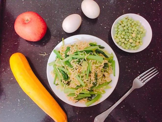 Mì ăn liền ăn như thế nào cho có dinh dưỡng? - Ảnh 1.