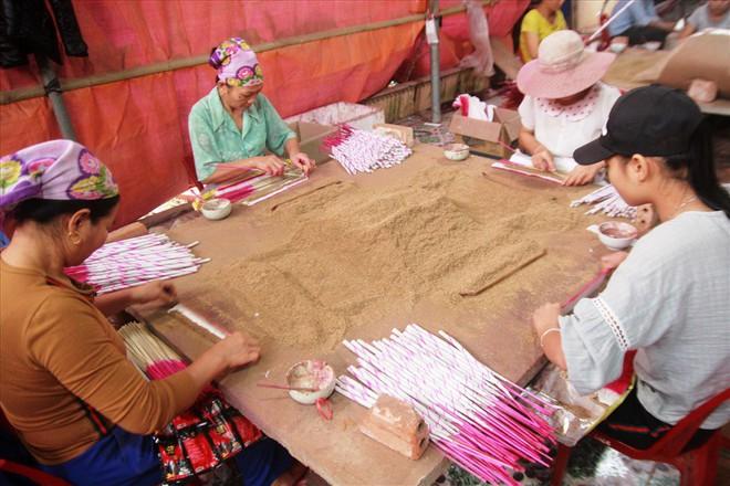 Làng nghề hương trầm Quỳ Châu hối hả vào tết - Ảnh 2.