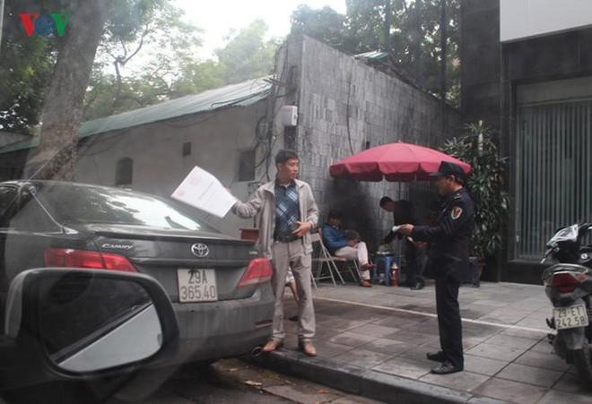 """[Ảnh] Hà Nội tăng phí gửi xe, """"xế hộp"""" nháo nhác tìm chỗ đỗ - Ảnh 11."""