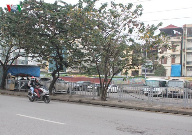 """[Ảnh] Hà Nội tăng phí gửi xe, """"xế hộp"""" nháo nhác tìm chỗ đỗ - Ảnh 3."""