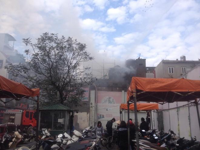 Hà Nội: Cháy lớn nhà dân ngay cạnh chợ Mơ, cột khói dày đặc bốc cao hàng chục mét - Ảnh 2.