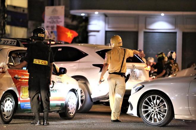 TPHCM: Cảnh sát căng mình trước bão người ăn mừng chiến thắng - Ảnh 3.