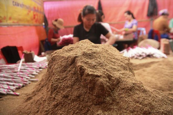 Làng nghề hương trầm Quỳ Châu hối hả vào tết - Ảnh 3.
