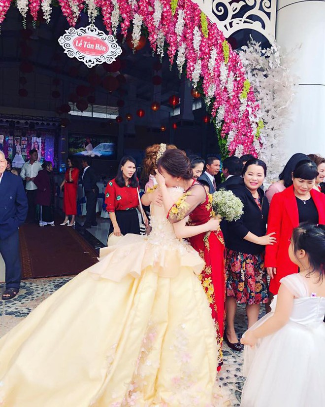 Clip cô dâu ôm cha mẹ khóc nức nở trong ngày cưới: Lấy chồng xa 53km thôi mà cảm giác như 530km vậy - Ảnh 5.