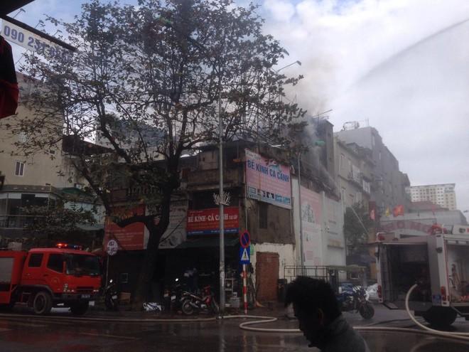 Hà Nội: Cháy lớn nhà dân ngay cạnh chợ Mơ, cột khói dày đặc bốc cao hàng chục mét - Ảnh 3.