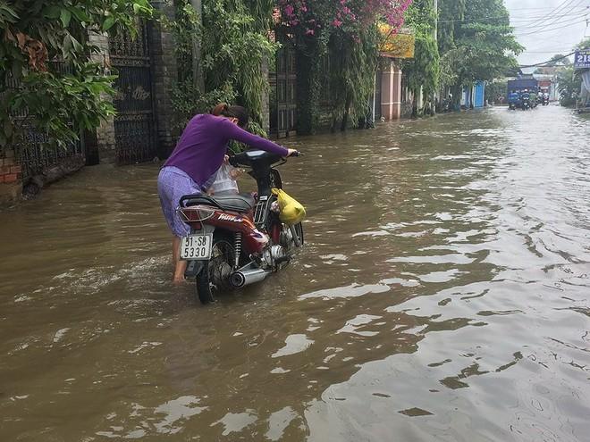 Trời không mưa, người dân vẫn bì bõm lội nước - Ảnh 4.