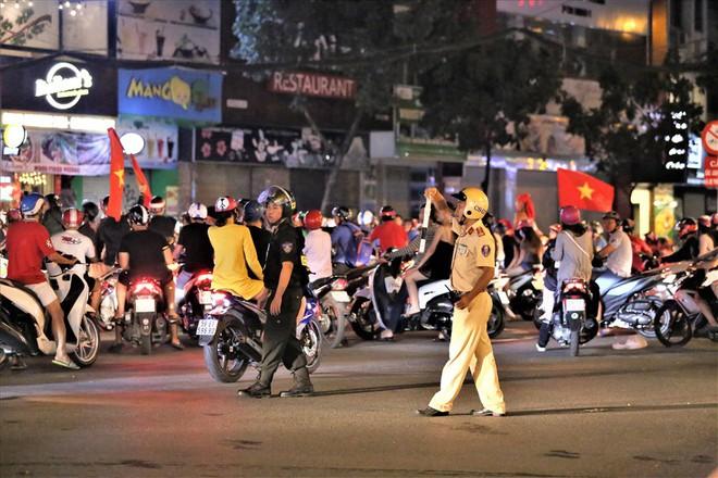 TPHCM: Cảnh sát căng mình trước bão người ăn mừng chiến thắng - Ảnh 4.